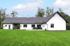 Majitel domu je stavař a půdorys domu si nakreslil sám – bungalov do tvaru L, s velkým obývacím prostorem a krytým garážovým stáním