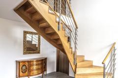 Hala je otevřena až postřechu, takže podlaha druhého nadzemního podlaží tvoří galerii.  Výrazným prvkem je zde dřevěné pohledové schodiště zmasivního dřeva