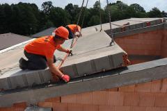 Těžká šikmá střecha - kladení stropních panelů