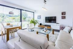 Obývací část domu je zakončena velkoformátovým prosklením od firmy PROTON Protivín, které umožňuje při jídle ipři odpočinku pozorovat zahradu.