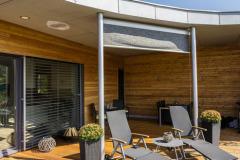 Vatriu je umístěna zastřešená terasa, vybavená jídelním stolem agrilem, kde si můžete dopřát přímý kontakt se zahradou. Proti slunci avětru je část terasy chráněna stínicí plachtou.