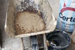 Kolečka nejprve vypláchněte vodou a nasypte do nich potřebné množství kvalitního písku