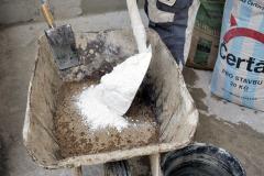 Po písku následuje odpovídající množství vápna. Písek v maltě slouží jako plnivo, vápno jako pojivo