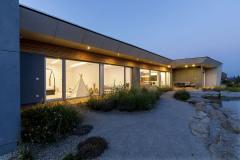 Stavba, které dominují sklo a cihly