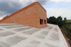 Beton se během prvních dnů po betonáži vlhčí vodou. Před dostatečným zatvrdnutím betonu ve spárách je potřeba zamezit pohybu panelů např. vlivem zatížení stavebním materiálem