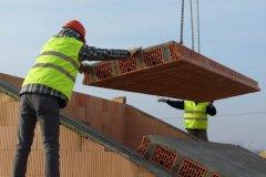 Stropní panely HELUZ tvoří keramické stropní vložky a železobetonová žebra snadbetonávkou. Základní panel má šířku 1200, 900 a 600 mm, jeho výška je 230 mm, maximální délka 6250 mm. Keramické panely HELUZ jsou po uložení na stěny ihned únosné