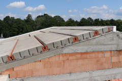 Po uložení panelů se po obvodu střechy vyzdí věncovky, realizuje se také výztuž po obvodu střechy