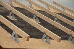 Pomocné krokve se ukládají na ocelové profily, vymezí se tak prostor pro tepelnou izolaci