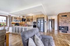 Hlavní obytná místnost je rozdělena na jídelní, kuchyňskou a odpočinkovou sekci. Toto členění je podtrženo i profilací stropu nad kuchyňskou linkou se zabudovaným bodovým osvětlením