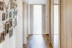 Zádveří s hlavními vchodovými dveřmi je s hlavní obytnou místností propojeno úzkou chodbou, ze které vedou po stranách dveře do jednotlivých místností