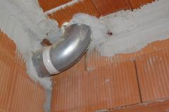 Vzduchotechnické potrubí před stěnami a stropy je vhodné vést v pevném potrubí