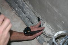 Netěsnost u potrubí – v blízkosti stěny nelze provést omítky, která tvoří vzduchotěsnou rovinu