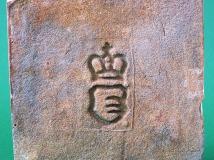 Půdovka s kolkem knížat Kinských (erb s třemi vlčími tesáky v poli a s knížecí korunkou), s klasickým rozměrem 200×200×40 mm, konec 19. století. Panská cihelna knížat Kinských na Vrchovině u Chocně. Sbírka Orlického muzea v Chocni.