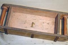 Dřevěná forma na ruční výrobu cihel. Zpravidla se jednalo o formy z dubového dřeva, které však měly jen omezenou trvanlivost (odborná literatura uvádí 2–3 sezóny, poté se musely nechat opravit), proto se později zavedly odolnější formy kovové