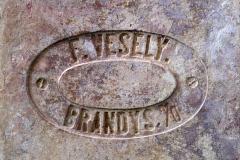 """Cihelná dlaždice """"půdovka"""" s kolkem F. Veselý Brandýs n./O., negativní písmo v obdélném negativním rámečku, rozměr 200×200×40 mm. Jedná se o cihelnu Františka Veselého v Brandýse nad Orlicí, přelom 19. a 20. století"""
