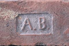 Cihla plná s kolkem A.B., pozitivní písmo, běžný formát (290×140×65 mm), počátek 20. století. Jednalo se o iniciály majitele cihelny Adolfa Břečky z cihelny ve Vraclavi u Vysokého Mýta