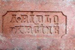 Cihla plná s kolkem A. Ridlo v Krčíně v osmibokém rámečku, negativní písmo, běžný formát (290×140×65 mm), z přelomu 19. a 20. století. Jednalo se o majitele Antonína Rydla (1874–1943), který vlastnil kruhovou cihelnu v obci Krčín (dnes část Nového Města nad Metují)