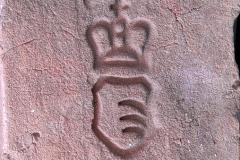 Cihla plná s kolkem knížat Kinských (erb s třemi vlčími tesáky v poli a s knížecí korunkou), běžný formát (290×140×65 mm), z konce 19. století. Panská cihelna knížat Kinských na Vrchovině u Chocně