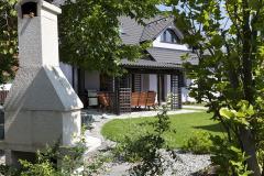 Pečlivě upravená zahrada nabízí jak rekreaci navolné travnaté ploše, tak hezký pohled nastinné zákoutí se skalkou