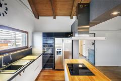 """""""Klientům, kteří se rozhodnou vložit peníze do pozemku anákladné stavby, zdůrazňuji důležitost investovat také do kvalitních přírodních materiálů, příjemných na pohled i na dotek,"""" říká architektka Helena Paz"""
