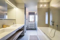 Také koupelna využívá jemných neutrálních tónů k vytvoření stabilního a harmonického prostředí