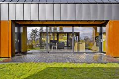 Střed domu je díky dvěma protilehlým proskleným plochám otevřený a transparentní
