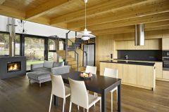 Veškeré vybavení interiéru (kromě sedacího nábytku) bylo vyrobeno na míru podle návrhu architektů. Antracitové a šedé kovové odstíny se harmonicky doplňují s přírodní dubovou dýhou i smrkovým dřevem, které je použito na sníženém trámovém stropě