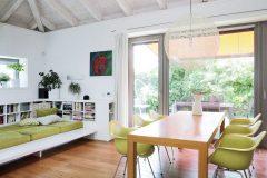 Centrem a současně největším prostorem v domě je společný obytný prostor s kuchyní a velkým jídelním stolem. Všemi členy rodiny oblíbené je vestavěné ležení s knihovnou
