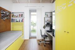 Dětské pokoje jsou v kontrastu k bílé hale barevné – jeden je laděný do žlutého odstínu, druhý je v zeleném