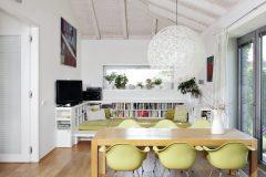 Otevření interiéru do krovu prosvětluje prostor a opticky místnosti zvětšuje. Přispívá k tomu i bílý transparentní nátěr dřevěného stropu