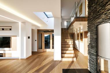 O přirozené denní světlo se v hlavní obytné místnosti stará prostorný světlík. Na pravé straně je vidět, že i v interiéru architekt použil přírodní štípaný kámen