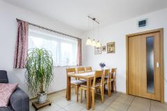 Okno příjemného podélného tvaru přivádí dostatečné množství přirozeného denního světla až na jídelní stůl