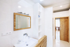 Koupelnu, stejně tak jako technické zázemí, architekti umístili dokubické vestavby vpřízemní části domu