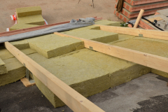 Do prostoru mezi pomocnými krokvemi se ukládá tepelná izolace ve dvou vrstvách tak, aby se pásy vzájemně nepřekrývaly. Pro zateplení těžké šikmé střechy lze využít velké množství obdoby nadkrokevních systémů s různými tepelnými izolacemi (např. systémy od společnosti Bramac nebo Rockwool)