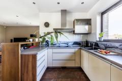 Kuchyň, nábytek do koupelny a vestavěné skříně vyráběl na míru soukromý truhlář z Neratovic. Všechny místnosti opticky sjednocuje praktická dlažba