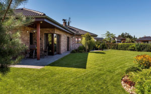Zděný bungalov mezi borovicemi jako oáza klidu